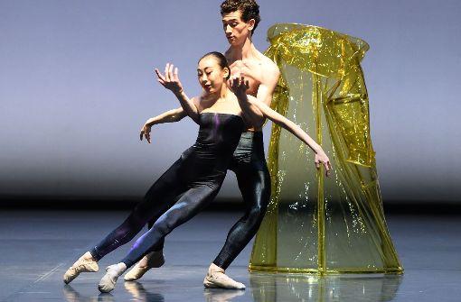 """Spiel mit dem Regencape: Schüler der John-Cranko-Schule tanzen den """"Herbst"""" in """"Die vier Jahreszeiten"""".   Foto: Stuttgarter Ballett"""