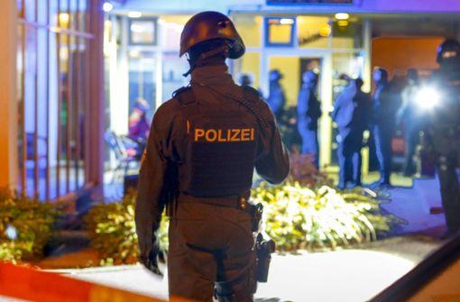 Polizisten stürmen Drogen-Kneipe