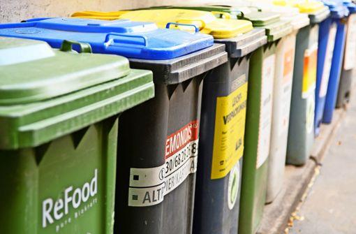 Jugendliche putzen Mülltonnen für Reise nach Paris