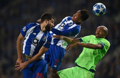 Die Schalker (grüne Trikots) hatten gegen den FC Porto das Nachsehen. Foto: AFP