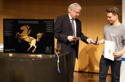 Hans Peter Haag (Deutsche Olympische Gesellschaft Stadtgruppe Stuttgart) ehrt Eiskunstläufer Jonathan Hess.  Foto: Pressefoto Baumann
