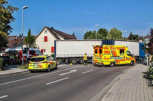 Der Lkw-Fahrer hatte die Fußgängerin wohl beim Abbiegen übersehen. Foto: SDMG