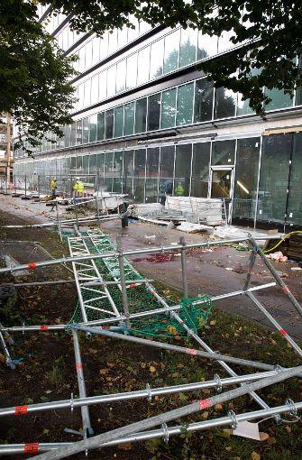 Das Gerüst löste sich wegen der heftigen Windböen in Hamburg vom Dach eines Bürogebäudes. Foto: dpa