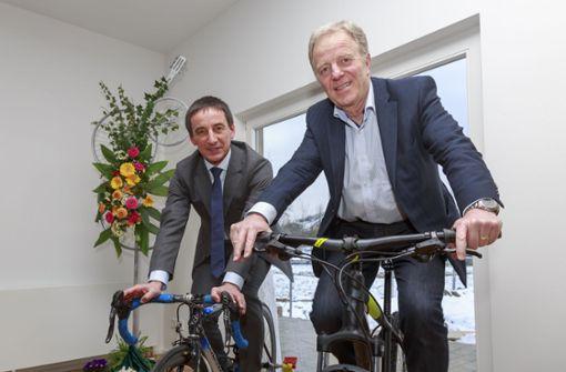 Auf die Räder, fertig, los: Der Vereinsvorsitzende Karl-Heinz Liebemann (links) und der Sportbürgermeister Martin Schairer freuen sich über das neue Zuhause für den RSV. Foto: Krämer