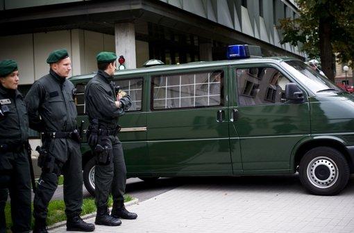 Ein Gefangenentransport bringt einen Angeklagten zum Gericht. Foto: Max Kovalenko
