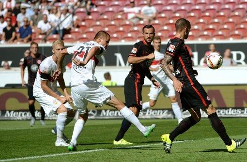 Adam Hlousek trifft gegen Eintracht Frankfurt ins eigene Tor. Mittlerweile spielt der Tscheche gar nicht mehr für den VfB Stuttgart. Foto: dpa