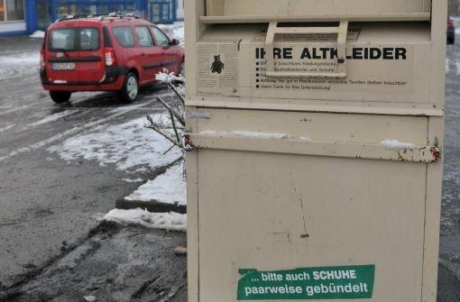 Nicht jeder Container ist legal aufgestellt – denn im Dunkeln kommt die Altkleider-Mafia und überzieht ganze Städte. Foto: dpa