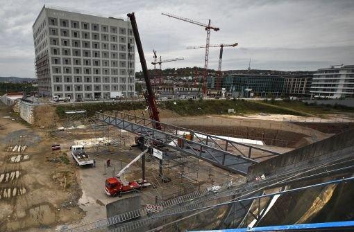 Der Steg zur neuen Bibliothek. Klicken Sie sich durch Bilder von den Bauarbeiten und durch Außenaufnahmen der Stadtbibliothek. Foto: Piechowski