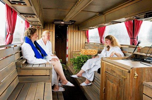 """Mobil Wellness machen: Im finischen """"Saunabussi"""" ist für Unterhaltung gesorgt. Es gibt sogar eine Karaokeanlage für die Fahrgäste. Foto: Raab"""