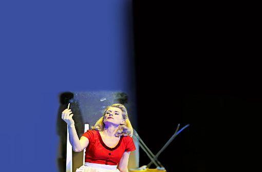 """Maria Furtwängler, Hannover-""""Tatort""""-Kommissarin Charlotte Lindholm, hat im Berliner Theater am Kurfürstendamm in Noah Haidles Stück """"Alles muss glänzen"""" ihre erste Theaterhauptrolle gespielt: Eine Superhausfrau. Die Kritik war nicht begeistert. Foto: Komödie am Kurfürstendamm/Katarina Ivanisevic"""