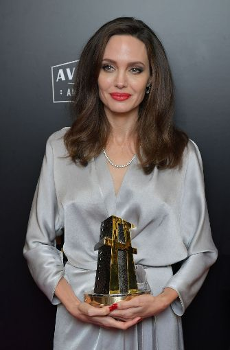 "Die amerikanische Schauspielerin Angelina Jolie bekam bei den ""21st Hollywood Annual Film Awards"" für den Film ""First They Killed My Father"" den Preis für den besten ausländischen Film.  Foto: GETTY IMAGES NORTH AMERICA"