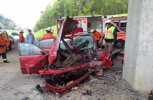 Autofahrer kracht gegen Brückenpfeiler