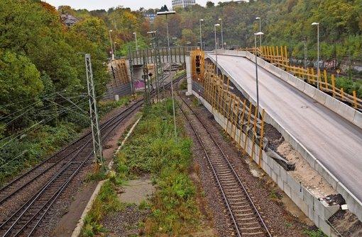 Über die Behelfsbrücke am Zwischenangriff Prag wird Aushub abgefahren. Foto: Fritzsche
