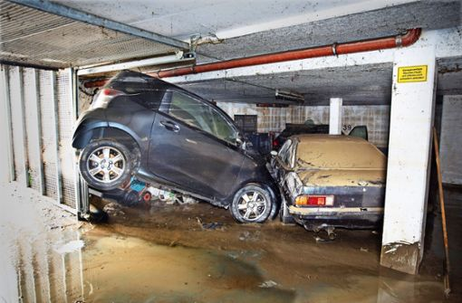 Wie Spielzeug haben die Wassermassen die Autos in der Hochdorfer Tiefgarage aufeinander geschoben. Foto: Horst Rudel, SDMG