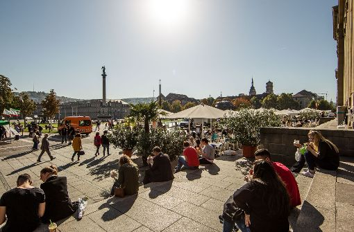 Goldener Oktober am Schlossplatz. Der Monat war deutlich wärmer als üblich. Foto: Lichtgut/Leif Piechowski