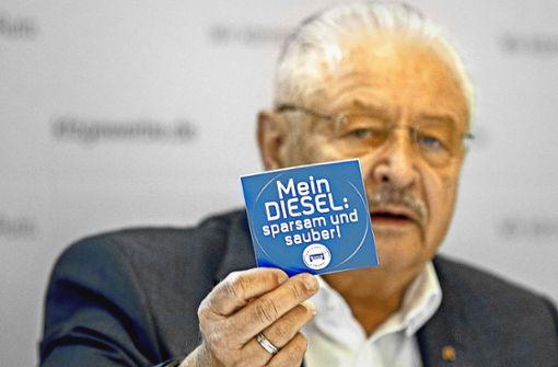 ZDK-Präsident Karpinski wirbt mit Plaketten für den Diesel Foto: Lichtgut/Piechowski (2), StZ