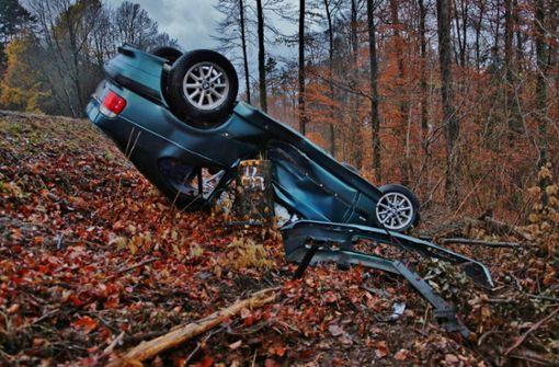 BMW überschlägt sich und landet im Wald