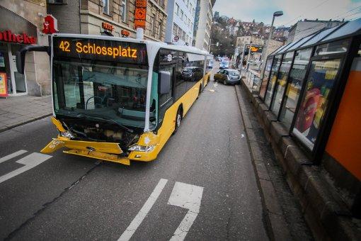 Autofahrer stößt mit Bus zusammen