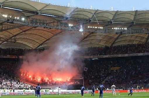 KSC-Fans zünden während des Spiels in Stuttgart zahlreiche Feuerwerkskörper. Foto: Pressefoto Baumann
