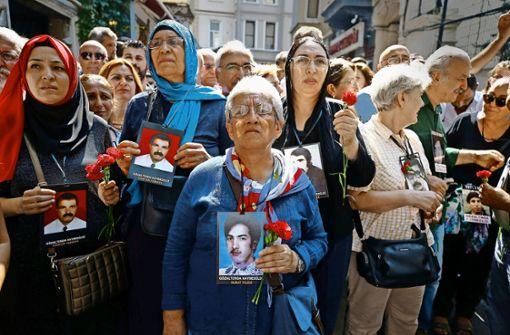 Demonstrierende Mütter in istanbul mit Fotos ihrer verschleppten Kinder Foto: AP