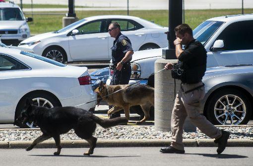 Polizist auf Flughafen in den Hals gestochen