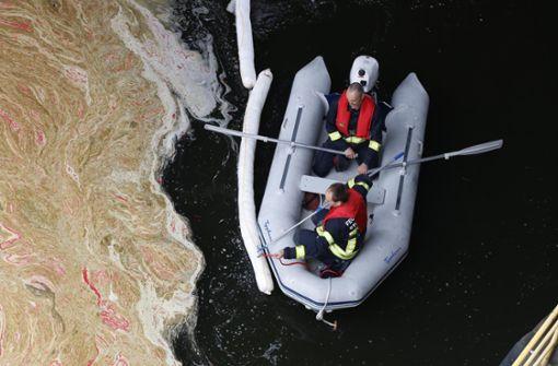 Schmutzteppich schwimmt auf dem Neckar