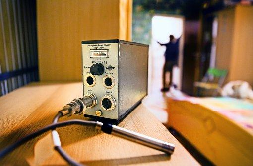 Hochsensible Messgeräte zeichnen den Schall in sieben Wohnungen auf – Experten aus Wuppertal hoffen, auf diese Weise ein bestimmtes Muster zu finden Foto: Horst Rudel