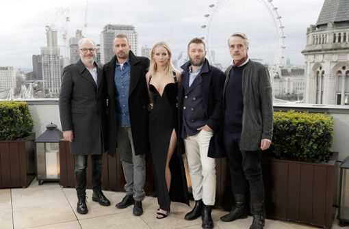 Die Schauspielerin Jennifer Lawrence posiert mit ihren Kollegen Francis Lawrence, Matthias Schoenaerts, Joel Edgerton und Jeremy Irons (von links) auf einer Dachterrasse in London.   Foto: Getty Abo