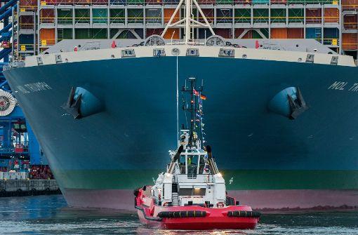 Mega-Frachter hat im Hamburger Hafen angelegt