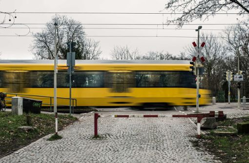 Stadtbahn erfasst Frau mit Rollator