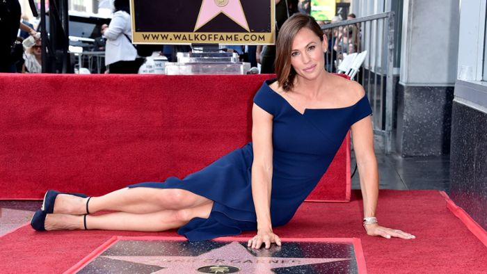 Hollywood-Star räkelt sich auf Walk of Fame