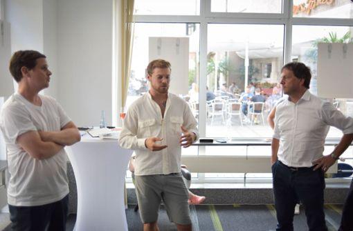 Ingmar Volkmann, Hannes Kramer und Jan Sellner (v.l.) beim Eröffnungsgespräch der Ausstellung im Stadtleben-Büro. Foto: Lichtgut/Max Kovalenko