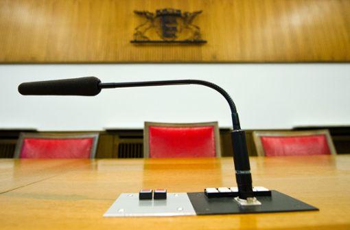 Frau im Container sexuell genötigt – vier Männer vor Gericht