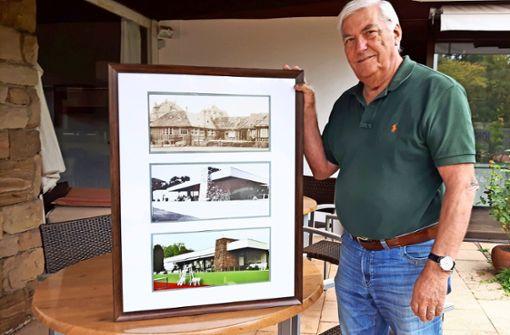 Hans-Christian Wieder  mit Fotos vom  Clubhaus anno dazumal  und heute. Foto: Eva Funke