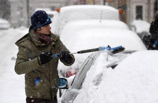 Es gehört zu den Pflichten eines jeden Autofahrers im Winter: Das Fahrzeug muss von Schnee befreit werden. Foto: dpa
