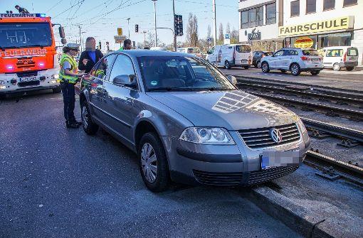 Auto muss aus Gleisbett gehoben werden
