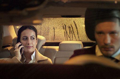 Die Geschäftsfrau Ceyda Altunordu (Sanam Afrashteh) ist sauer. Sie ist überzeugt, dass ihr Chauffeur Bernd Hermann (Jacob Matschenz) sie absichtlich in den Stau gelenkt hat. Foto: SWR-Presse/Bildkommunikation