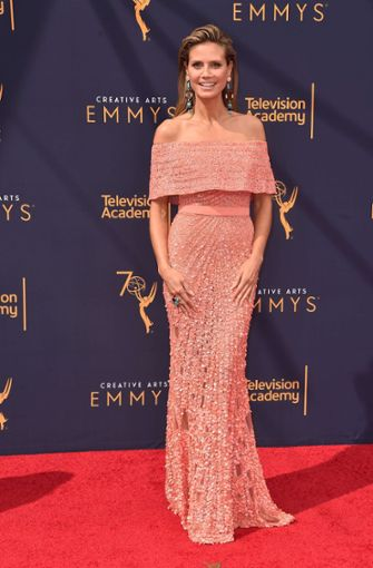 """Heidi Klum strahlt auf dem roten Teppich bei den Emmy Awards mit ihrem roséfarbenen Paillettenkleid um die Wette. Mit ihrer Serie """"Project Runway"""" ist sie für einen Primetime Emmy Award nominiert, der aber erst in einer Woche verliehen wird.  Foto: GETTY IMAGES NORTH AMERICA"""