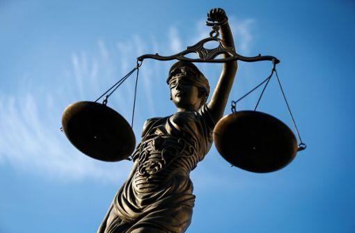 Ein 59-Jähriger aus Esslingen ist vor dem Landgericht Stuttgart wegen Betrugs und Insolvenzverschleppung verurteilt worden. Foto: dpa