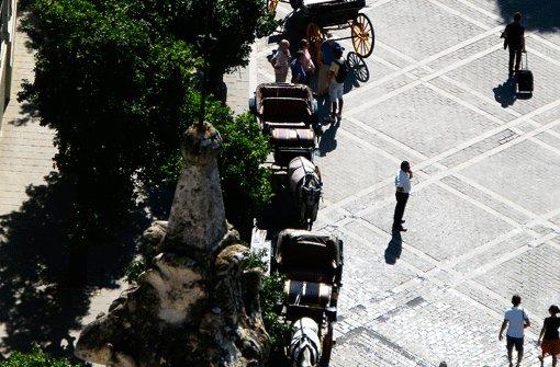 Entschleunigt in Sevilla: Auf dem Platz vor dem Alcázar, dem Königspalast, warten Pferdekutscher auf Kundschaft. Foto: Müller