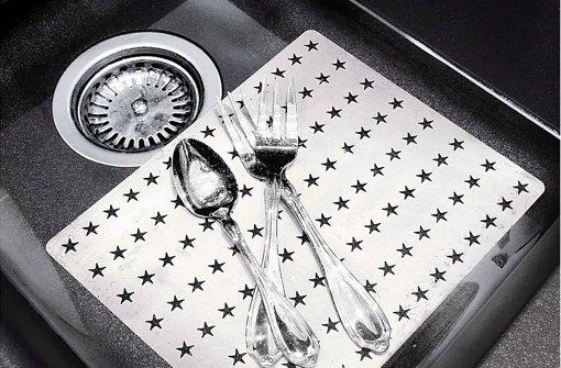 Mit ihrer Speziallegierung löst die Reinigungsplatte die Patina vom Silber Foto: