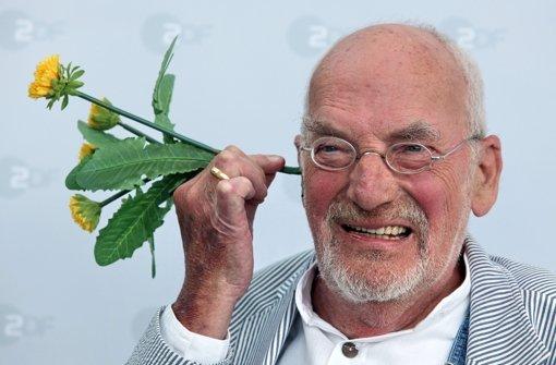2010: Peter Lustig kaspert anlässlich des 30. Geburtstags der ZDF-Sendung mit einem Löwenzahn  herum. Foto: dpa