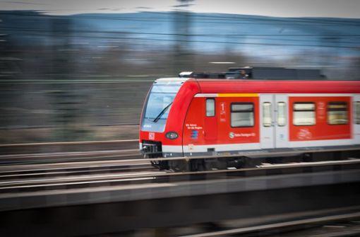 Unbekannte werfen Einkaufswagen auf Bahngleise