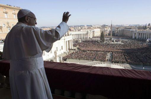 """Papst Franziskus spricht am 25. Dezember vom Balkon des Petersdoms im Vatikan den Segen """"Urbi et Orbi"""". Hinter ihm liegt ein Jahr heikler diplomatischer Aufgaben, sowohl innerhalb wie außerhalb des Vatikans. Foto: Pool/AP"""