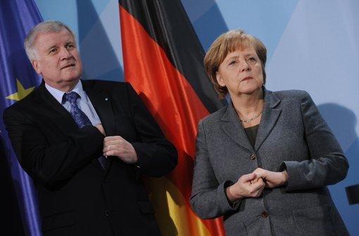 Nebeneinander, aber nicht miteinander: Horst Seehofer und Angela Merkel streiten über Asylpolitik. Foto: dpa
