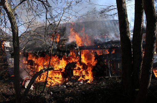 Der brennende Schuppen in Berglen-Rettersburg. Foto: SDMG