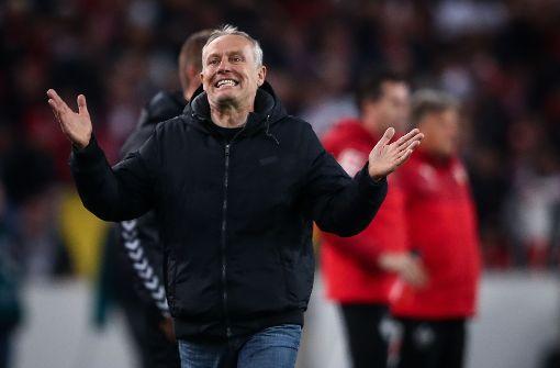 Der SC-Trainer Christian Streich regt sich über die Rote Karte für Freiburg auf. Foto: Bongarts