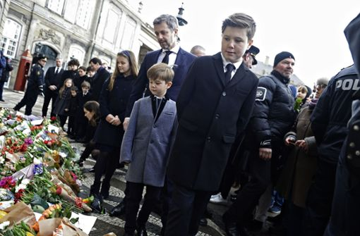 Seine Familie begleitet den Sarg