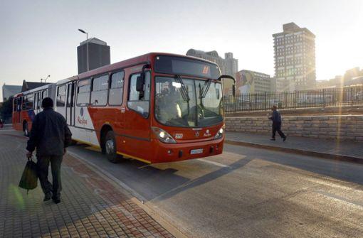 Busfahrer lässt Passagiere aussteigen, die Rollstuhlfahrer blockieren