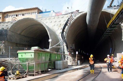 Die Tunnelbohrmaschine soll von der rechten in die linke Röhre versetzt werden Foto: dpa